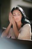 Figura pregare della donna Fotografie Stock Libere da Diritti