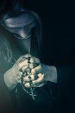 Figura pregare della donna Immagini Stock Libere da Diritti