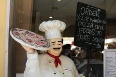A figura propaganda do cozinheiro chefe da pizza leva embora o alimento em Itália Imagem de Stock Royalty Free