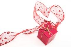 Figura rossa del cuore e contenitore di regalo Fotografie Stock