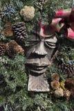 Figura scolpita con la corona di Natale Immagini Stock