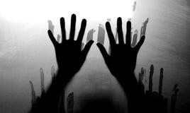 Figura sombrio atrás do vidro Conceito do medo e do pânico Tom preto e branco fotos de stock