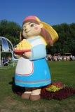 Figura sorridente variopinta della bambola ad una vacanza estiva Immagini Stock Libere da Diritti