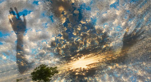 Figura spettrale come appare la figura vetro attraverso le nuvole all'alba Fotografie Stock