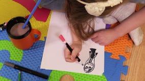 Figura umana del disegno della bambina stock footage