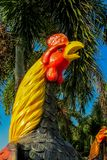 Figura variopinta del gallo del gallo in giardino tailandese Fotografia Stock