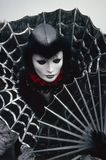 Figura veneziana di carnevale in un costume dell'argento e del nero e nella maschera Venezia Italia Immagini Stock