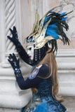Figura veneziana di carnevale in un costume dell'oro e del blu e nella maschera Venezia Italia Immagini Stock Libere da Diritti