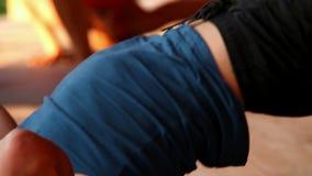 Figura vista del ponte di manifestazioni dell'istruttore di yoga di fine stock footage