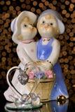 Figuras amantes e pombos O dia de Valentim do St é um feriado, pessoa confessa seu amor entre si Comemore este feriado fotos de stock