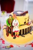 Figuras amarelas do bolo de casamento de uns noivos Fotografia de Stock