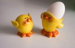 Figuras amarelas engraçadas dos pintainhos foto de stock royalty free