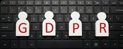 Figuras blancas de la gente en el teclado de ordenador y la inscripci?n GDPR Regulaci?n general de la protecci?n de datos imagen de archivo