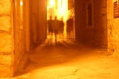 Figuras borrosas en callejón Imagen de archivo libre de regalías