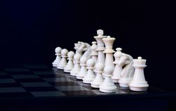 Figuras brancas da xadrez a bordo Grupo de xadrez branco para que o começo do jogo fotografia de stock royalty free