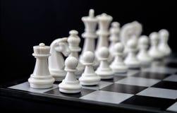 Figuras brancas da xadrez a bordo Grupo de xadrez branco para que o começo do jogo imagem de stock