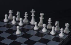 Figuras brancas da xadrez a bordo Grupo de xadrez branco para que o começo do jogo fotos de stock
