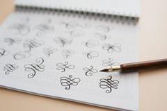 Figuras caligráficas abstractas aguja acentuada de dibujo de la mano Imágenes de archivo libres de regalías