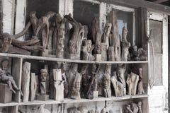Figuras cinzeladas de madeira provinciais feitos a mão esquecidas em um ab velho Imagens de Stock