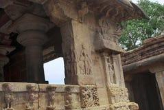 Figuras cinzeladas de pares enamorado nas colunas do mandapa de Nandi, templo de Virupaksha, complexo do templo de Pattadakal, Pa Imagens de Stock