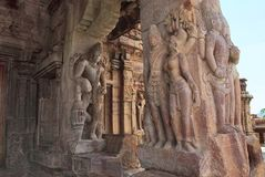 Figuras cinzeladas dvarapala e mithunas encantadores nas colunas do mandapa do norte do mukha, templo de Virupaksha, comp(s) do t Foto de Stock
