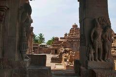 Figuras cinzeladas dvarapala e o mithuna encantador, nas colunas do mandapa do norte do mukha, templo de Virupaksha, templo de Pa Fotos de Stock Royalty Free