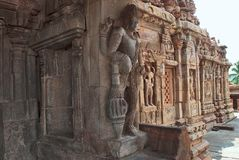 Figuras cinzeladas dvarapala nas colunas do mandapa do norte do mukha e em uma parcela de parede do norte, templo de Virupaksha,  Fotografia de Stock