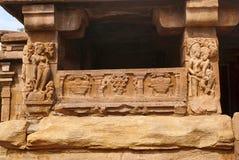 Figuras cinzeladas e testes padrões florais nas colunas sóbrios e quadradas decoradas do sabha-mandapa do templo de Khan do rapaz Fotos de Stock Royalty Free