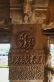 Figuras cinzeladas nas colunas sóbrios e quadradas do patamar da entrada do templo de Durga, Aihole, Bagalkot, Karnataka O cou de Fotos de Stock