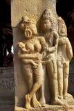 Figuras cinzeladas nas colunas sóbrios e quadradas do patamar da entrada do templo de Durga, Aihole, Bagalkot, Karnataka O cou de Foto de Stock Royalty Free
