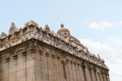 Figuras cinzeladas nas paredes, Chavundaraya Basadi, monte de Chandragiri, Sravanabelgola, Karnataka Foto de Stock