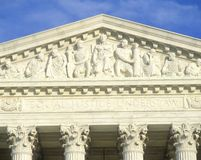 Figuras cinzeladas no frontão do edifício da corte suprema de Estados Unidos, C C Fotos de Stock Royalty Free
