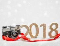 Figuras 2018 cinzelaram da madeira com uma câmera do vintage Conceito de foto de stock royalty free