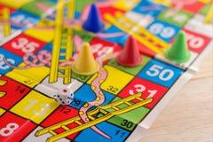 Figuras coloreadas del juego de mesa con los dados Imágenes de archivo libres de regalías