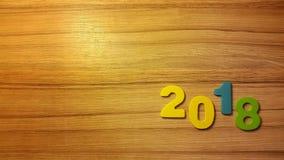 figuras coloreadas para formar el número 2018 en fondo de madera Foto de archivo libre de regalías