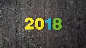 figuras coloreadas para formar el número 2018 en fondo de madera Foto de archivo