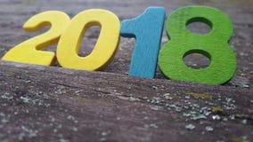 figuras coloreadas para formar el número 2018 en fondo de madera Fotografía de archivo