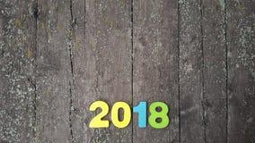 figuras coloreadas para formar el número 2018 en fondo de madera Fotos de archivo