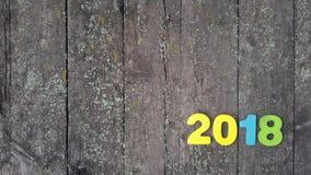 figuras coloreadas para formar el número 2018 en fondo de madera Imagen de archivo libre de regalías