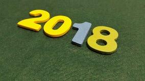 figuras coloreadas para formar el número 2018 en un fondo verde Fotografía de archivo libre de regalías