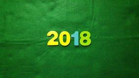 figuras coloreadas para formar el número 2018 en un fondo verde Foto de archivo libre de regalías