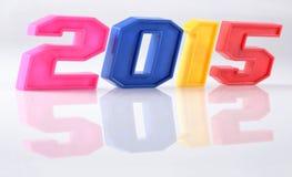 figuras coloridas de 2015 años con la reflexión en blanco Imagenes de archivo
