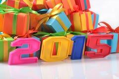 figuras coloridas de 2015 años en el fondo de regalos Imagen de archivo