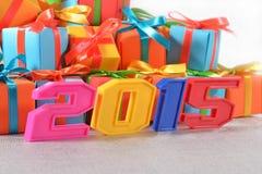 figuras coloridas de 2015 anos no fundo dos presentes Imagens de Stock Royalty Free