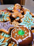 Figuras coloridas del pan de jengibre foto de archivo