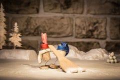 Figuras da cortiça do vinho, homens do conceito dois e um trabalho com pá da neve imagens de stock