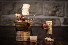 Figuras da cortiça do vinho, homens do conceito dois que espremem o suco de uva imagens de stock