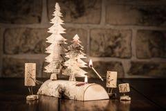 Figuras da cortiça do vinho, luz de vela do conceito e família imagens de stock royalty free