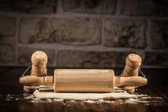 Figuras da cortiça do vinho, padeiro do conceito para rolar a pastelaria imagens de stock royalty free