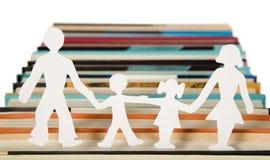 Figuras da família feitas do papel foto de stock